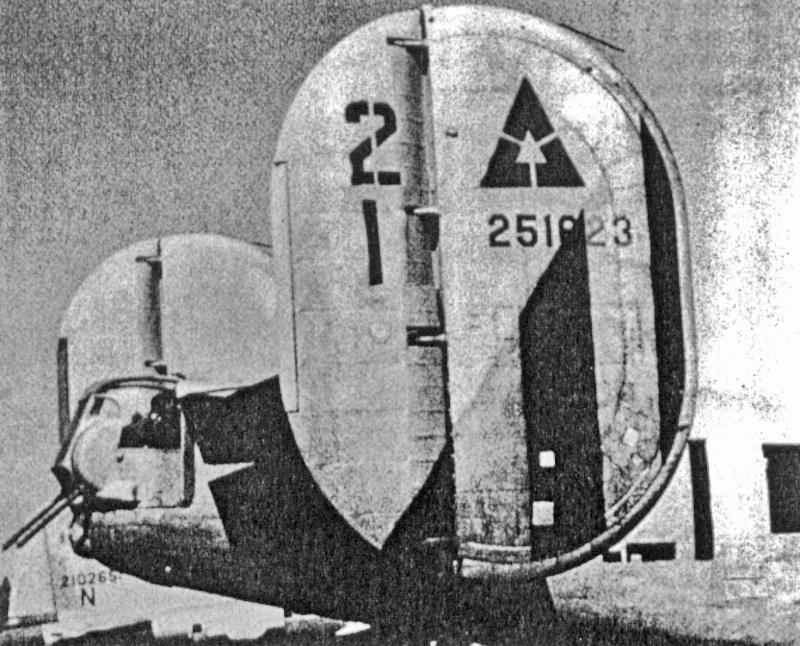 Gelbe und schwarze Streifen wiesen den Bomber als einen der 450th Bomb Group aus. (196_1)