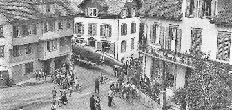 Transport der demontierten He-111 durch die Strassen von Buochs. (15_1)