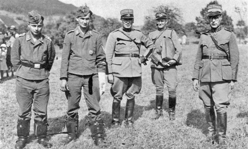Pilot Fw Dähne (links) und Ogfr Klinke (mit Gipsverband) in der Obhut von Schweizer Offizieren. (21_4)