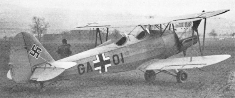 Wiora wartete bei seiner Maschine bis sich auf der Frauenfelder Allmend der Bodennebel aufgelöst hatte, und er die Startfreigabe für den Rückflug erhalten hatte. (31_1)