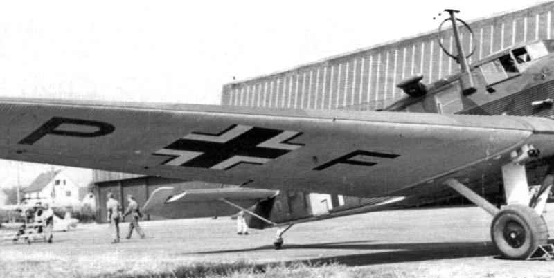 Der Flabschaden an der rechten Tragfläche ist ausgebessert und die Maschine bereit für den Rückflug. (41_1)