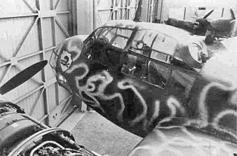 Im Hintergrund sind die in Bern-Belpmoos notgelandete Mosquito und die Fiat G.50 zu erkennen, welche ebenfalls zu Studienzwecken herangezogen wurden. (330_1)