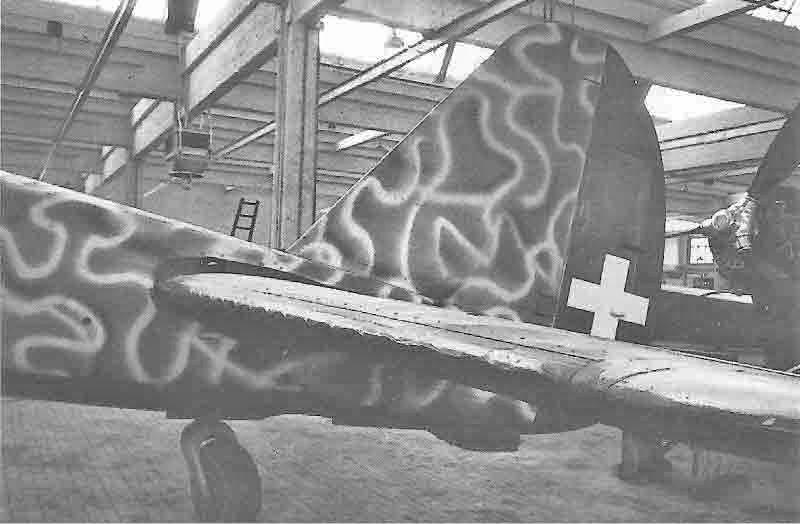 Nach der Landung überspritzte die Fliegertruppe das Hakenkreuz mit einer der Originaltarnung entsprechenden Farbe. (332_2)