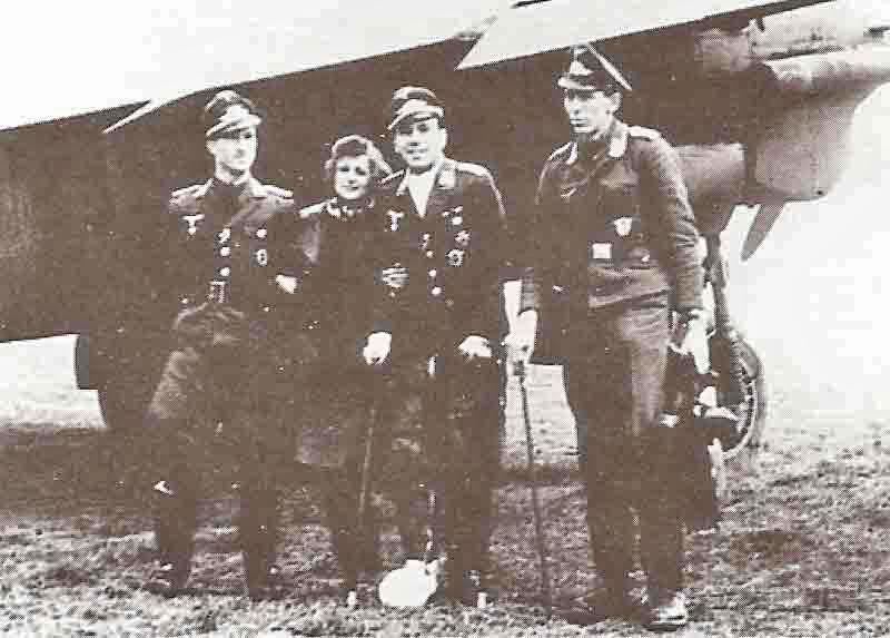 Feldwebel Konzack (rechts) mit Hauptmann Authenrieth. Eine Aufnahme vom Februar 1944 in Tavaux. (362_1)
