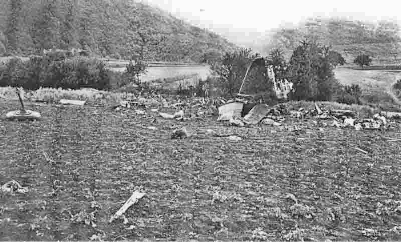 Von der abgeschossenen Ju 52 blieben nur kleine Trümmer übrig. (381_1)