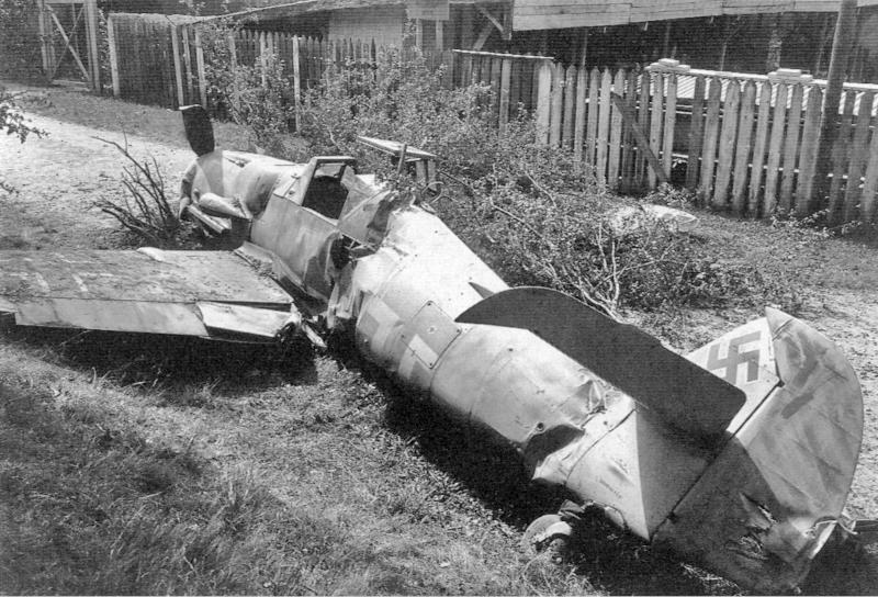 Feldwebel Thank rammte bei seiner Landung eine Tankattrappe und blieb auf einer Zufahrt liegen. (51_2)