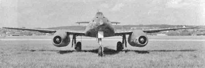 Der dreieckige Rumpfquerschnitt der Me 262 kommt in dieser in Dübendorf entstandenen Aufnahme besonders gut zur Geltung. Die Bewaffnung der Me 262 bestand aus vier im Bug eingebauten 30mm Kanonen und 24 ungelenkten Raketen, die an den ausserhalb der Triebwerke angeordneten Rosten aufgehängt waren. (426_1)