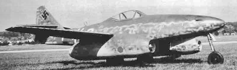 Die Me 262 trug den Standard-Tarnanstrich der deutschen Luftwaffe und das blau-rote Rumpfband des JG 7. (427_1)