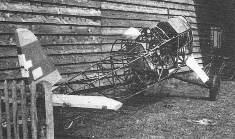 Der ausgeschlachtete Rumpf der HB-EBN stand 1966 noch während einiger Zeit vor einem Hangar im Birrfeld. (437_2)