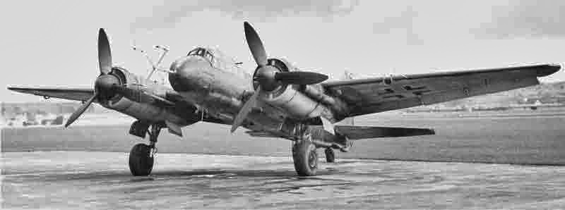 """Die Ju 88G-6 in Dübendorf. Das einholmige Tragrohr für die Antennenanlage ist ein typisches Merkmal für das FuG 218 """"Neptun"""". (335_1)"""