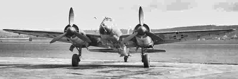 An den Flügelinnenseiten sind die ETC-Bombenschlösser zu erkennen. Propeller und Spinner sind in Schwarzgrün gehalten. (335_2)