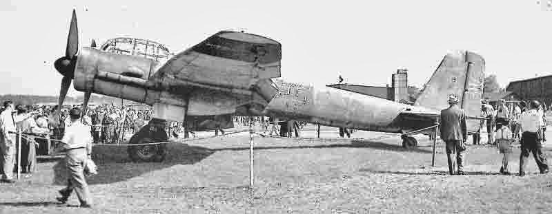 Ohne jegliche Kennzeichnung präsentierte sich die Ju 88G-6 am Dübendorfer Flugtag vom 25. September 1949. (337_1)