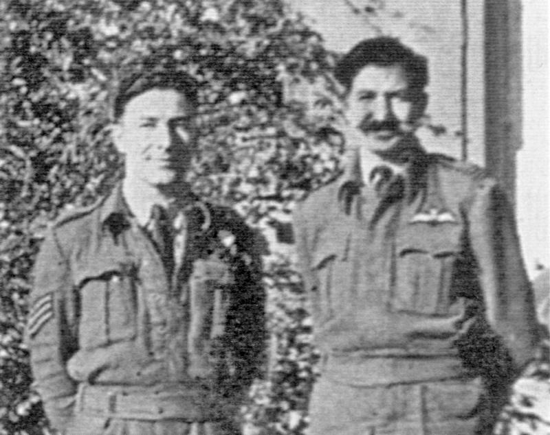 Pilot F/Lt Gerald Wooll (rechts) und sein Navigator Sgt. John Fielden als Internierte in der Schweiz. (60_2)