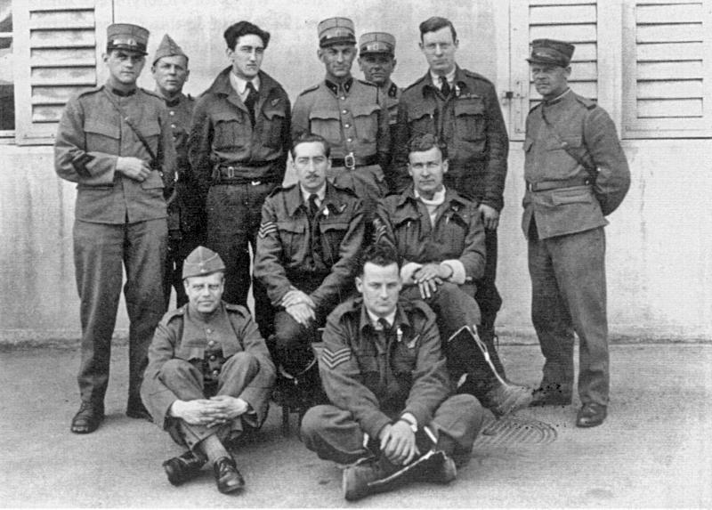 Die fünf Besatzungsmitglieder stellten sich mit ihren Betreuern dem Fotografen. Bei den Schweizern dürfte es sich um Angehörige der Heerespolizei handeln. (87_1)