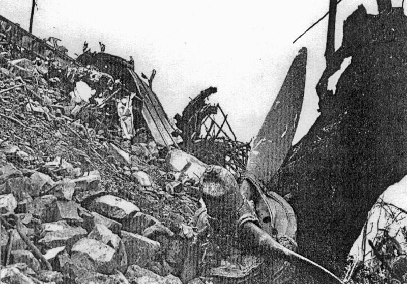 Die Trümmer der Lancaster im Steilhang des Grammont bei Le Bouveret. (95_1)