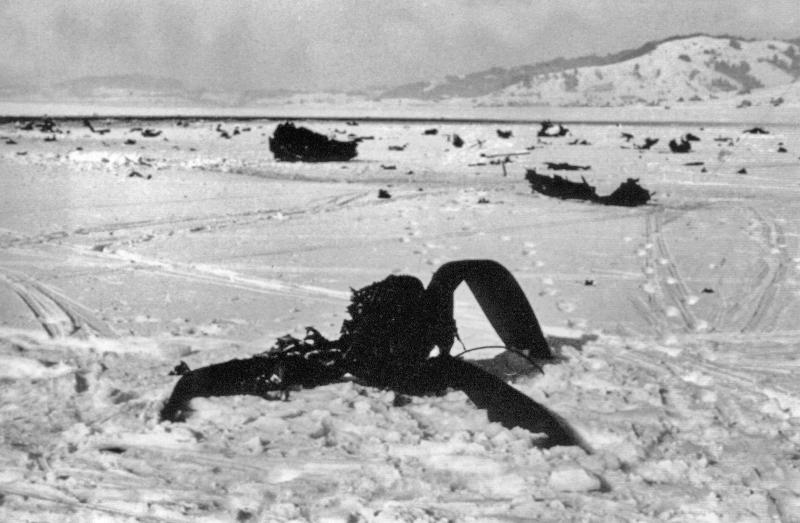Im Vordergrund das Trümmerfeld der ND595 und im Hintergrund ist bereits am 13.11.1940 eine Dornier Do-17 abgestürzt. (102_1)
