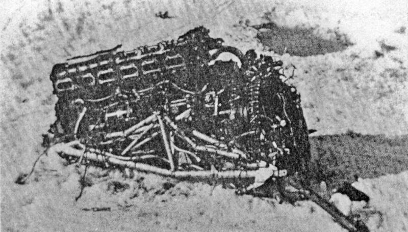 Nur wenige grössere Strukturteile, darunter ein Merlin-Motor blieben auf der Eisdecke des Sihlsees zurück. (104_2)