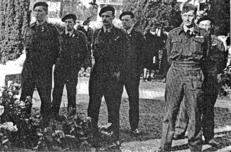 Die Überlebende Besatzung der über dem Sihlsee explodierten Lancaster beim Begräbnis ihres Bombenschützen Jack Benson in Vevey. Rechts vorne der Pilot Alistair Crowley-Smith. (105_1)