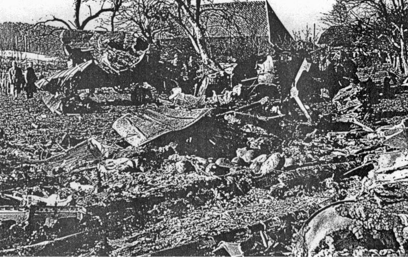 Weit verstreut lagen die Überreste der Lancaster neben dem Bauernhaus. (107_1)