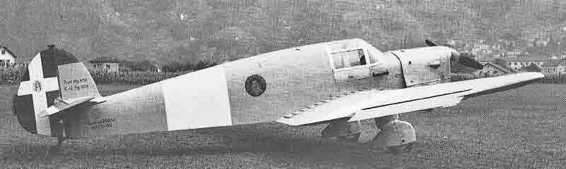 Verbindungsflugzeug Saiman 202M auf dem Flugfeld von Bellinzona. Auf dem Rumpf ist das Wappen der 41 Stormo aufgemalt, während die Hoheitskennzeichen mit weisser Farbe abgedeckt wurden. (325_1)